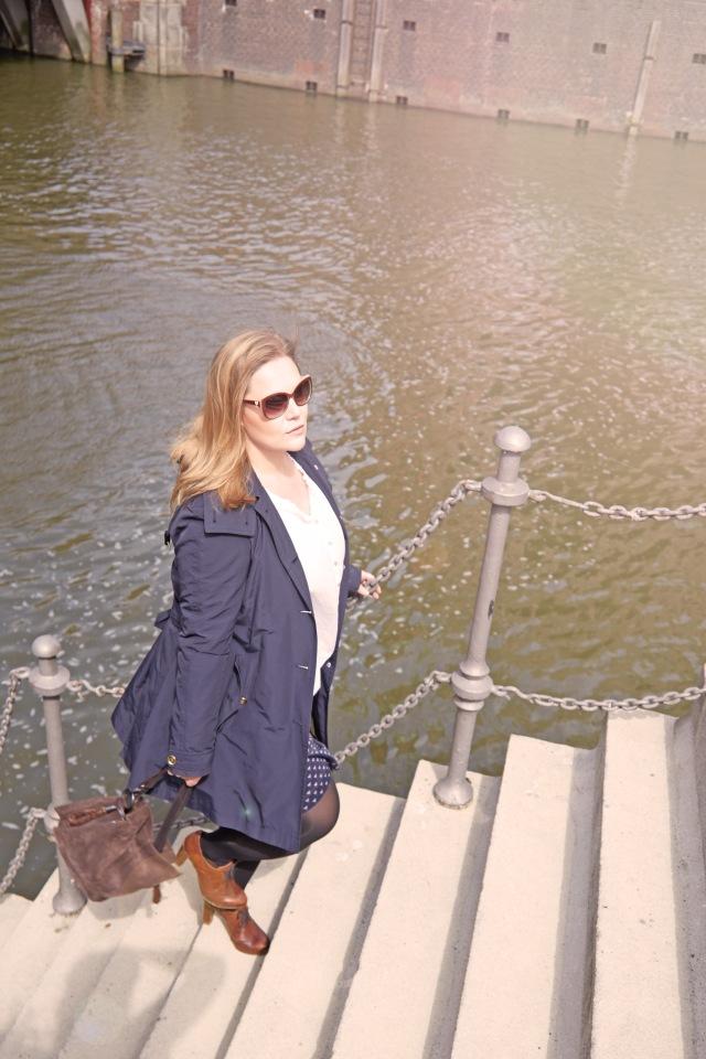 Blauer Trench Herbst-Look